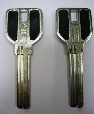 Заготовка для ключей 00524 MCM нов.кв. с пластиковыми вставками длинные (35мм) 3 паза вертикальные
