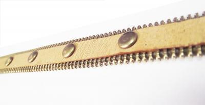 Кожаный браслет с хольнитенами бежевый