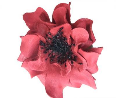 Декоративный цветок из кожи красный с чёрной сердцевиной